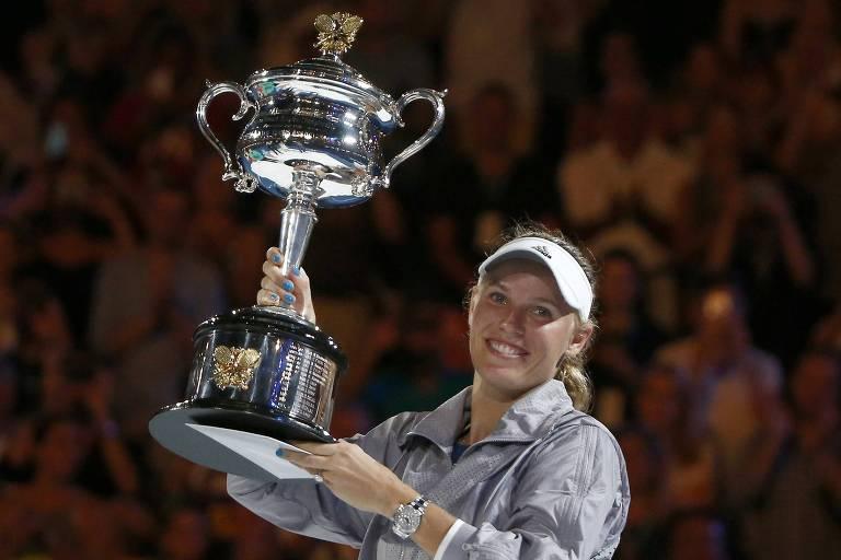 Caroline Wozniacki levanta o troféu do Australian Open de 2018