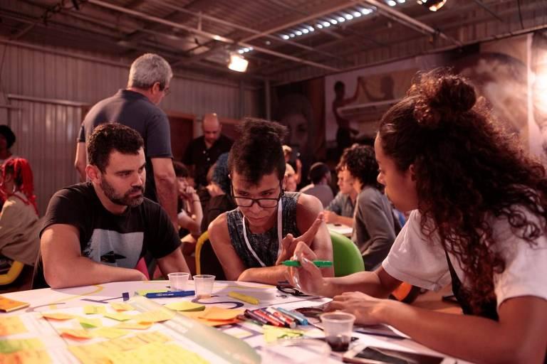 Carmo Dalla Vecchia e Yara Charry conversam com Rodrigo Sousa, um dos convidados do Papus, na Globo