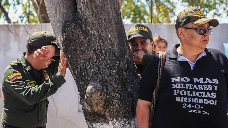 Oficiais e familiares participam de funeral de cinco policiais mortos em ataque a bomba em Barranquilla, na Colômbia