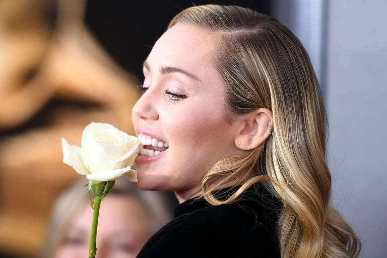 Cantora Miley Cyrus no tapete vermelho do Grammy, em Nova York