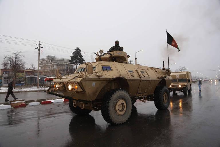 Forças de segurança afegãs chegam a academia militar depois de ataque que deixou ao menos dez mortos