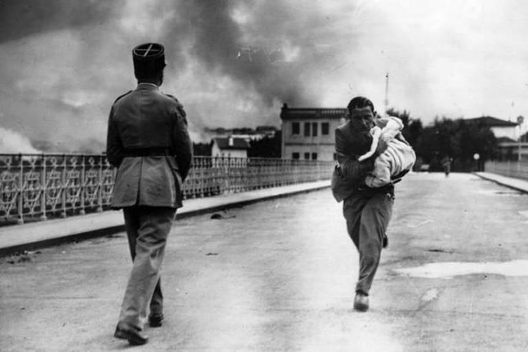 A fronteira não foi sempre pacífica --aqui, o jornalista Raymond Walker atravessa a ponte com um bebê durante a Guerra Civil Espanhola