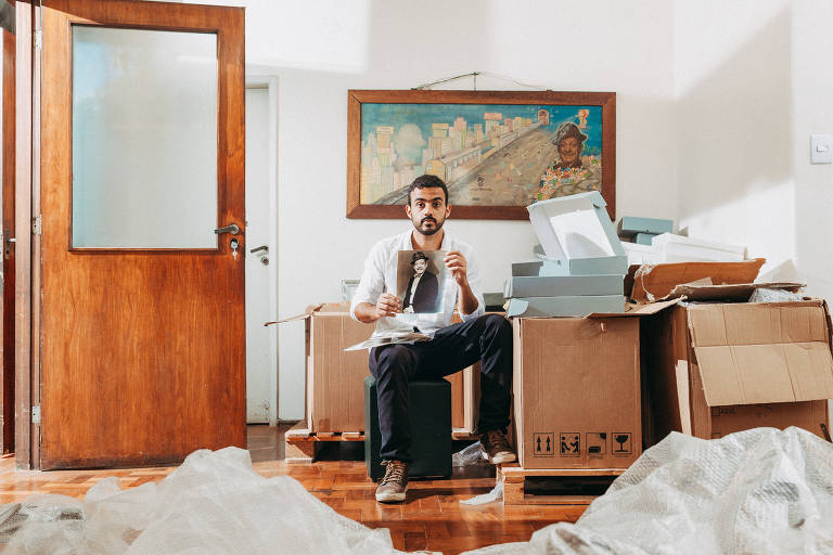 O cineasta Pedro Serrano, um dos responsáveis pelo acervo de Adoniran, em meio às caixas que guardam mais de mil objetos que pertenceram ao sambista, na Galeria do Rock