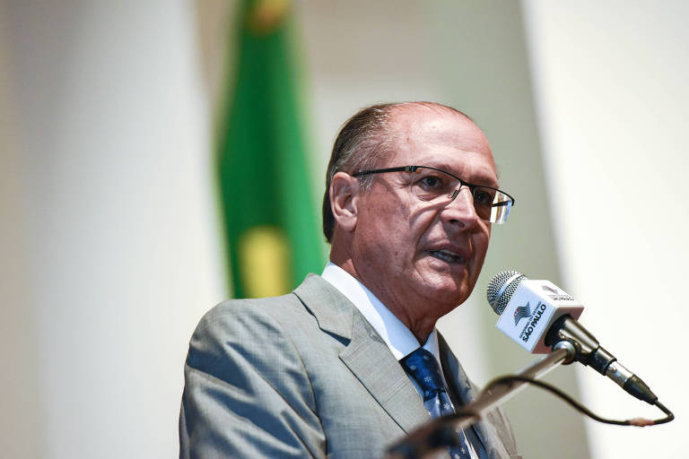 Governador Geraldo Alckmin falando ao microfone durante evento