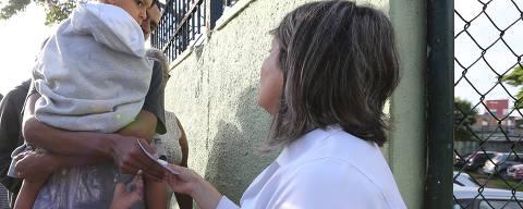 SAO PAULO, SP, 22/01/2018, BRASIL - FEBRE AMARELA NA ZONA LESTE - 07:14:36 -  Abertura das unidades de saude para vacinacao. Temos de ficar atentos a confusao na fila (gente querendo furar, brigas etc), unidades que nao abrem por falta de vacina, postos que demoram a comecar a distribuicao de senhas e deixam o pessoal da fila; falta de informacao etc. Geral da UBS Teotonio Vilela, na zona leste. Funcionaria da UBS faz a distribuicao das senhas. (Rivaldo Gomes/Folhapress, NAS RUAS) - ***EXCLUSIVO AGORA*** EMBARGADA PARA VEICULOS ONLINE***UOL, FOLHAPRESS E FOLHA.COM CONSULTAR FOTOGRAFIA DO AGORA***FONES 32242169 E 32243342***