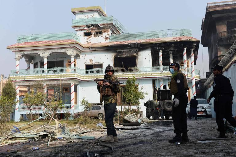 Soldados fazem segurança do prédio da ONG Save the Children em Cabul, alvo de ataque no dia 25