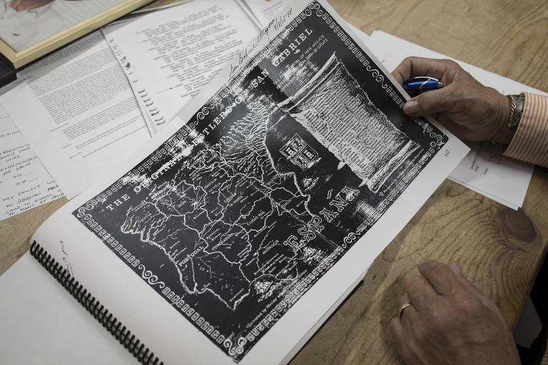 Gabriel John Lopez vê o mapa genealógico de sua família, que remonta a Cantillana, na Espanha