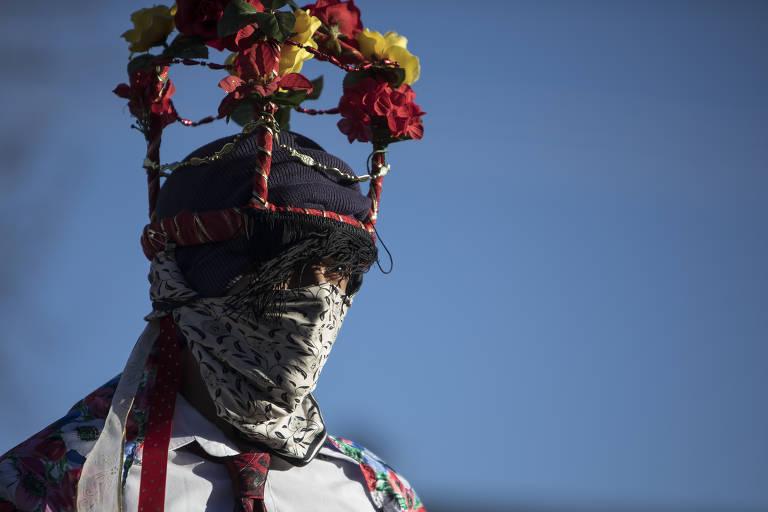 Homem usa fantasia para o ritual dos Matachines, comum nos países latino-americanos, no Novo México