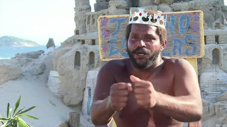 O homem que vive dentro de um castelo de areia em plena praia no Rio