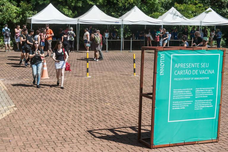 Movimento de visitantes na entrada de Inhotim, em Brumadinho, na semana em que o museu determinou que os frequentadores devem apresentar o certificado de vacinação contra a febre amarela