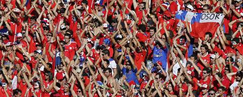 Chile fans cheer during their 2014 World Cup round of 16 game against Brazil at the Mineirao stadium in Belo Horizonte June 28, 2014. REUTERS/Leonhard Foeger (BRAZIL  - Tags: SOCCER SPORT WORLD CUP)   ORG XMIT: GK129TT