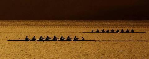 RIO DE JANEIRO, RJ, 02.08.2015: RIO-2016 - Atletas de remo treinam na Lagoa Rodrigo de Freitas, no Rio de Janeiro, no fim da tarde deste domingo (24). (Foto: Ana Carolina Fernandes/Folhapress)