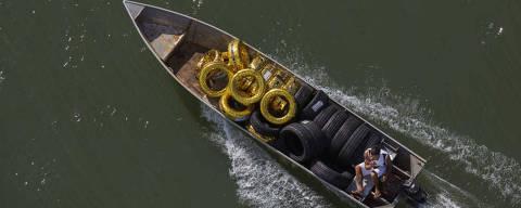 FOZ DO IGUACÚ, PR, BRASIL, 14-02-2015: Barco transporta pneus de contrabando, vindo do Paraguai, no rio Paraná, em Foz do Iguaçú (PR).  ( Foto: Lalo de Almeida/ Folhapress , MERCADO)