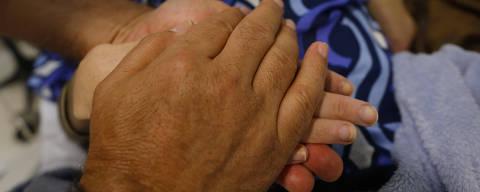 SAO PAULO, SP, BRASIL, 05.12.2013. A jovem Tatiana Grinfeld, 35 que recebe terapia de relaxamento durante sessao de quimioterapia no hospital Albert Einsten.(Foto: Moacyr Lopes Junior/Folhapress, EQULIBRIO). ***EXCLUSIVO***