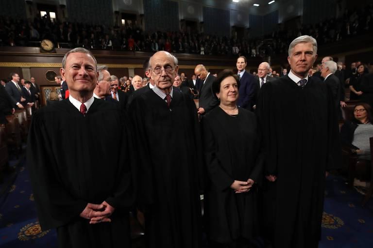 John Roberts, presidente da Suprema Corte dos EUA (esq.), com os juízes Stephen Breyer, Elena Kagan e Neil Gorsuch