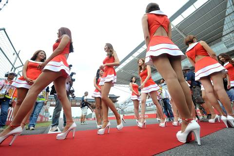 South Korean grid girls walk on the track during a drivers track parade ahead of the start of the Formula One Korean Grand Prix in Yeongam on October 6, 2013.  AFP PHOTO / JUNG YEON-JE ORG XMIT: JYJ671