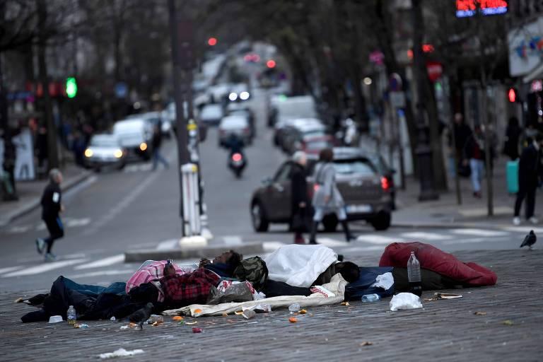 Moradores de rua em Paris; pesquisa mostra que população de rua aumentou no país