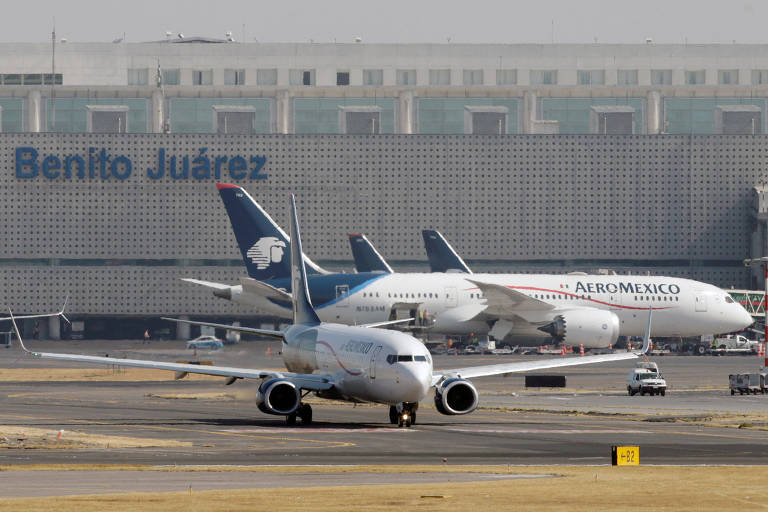 Aviões da Aeroméxico no pátio do aeroporto internacional Benito Juárez, na Cidade do México