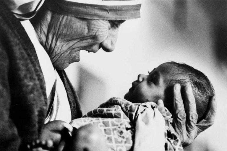 Madre Teresa segura bebê em orfanato em Calcutá
