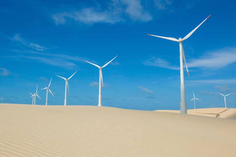 Aerogeradores em meio a dunas de areia
