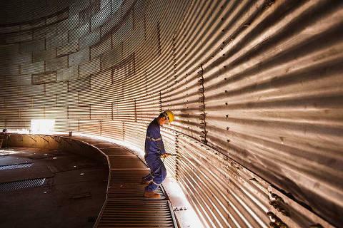 MACAPA, AP. 20/10/2014. Operario trabalha na construcao de silo para armazenamento de soja no Porto de Santana no Amapa.( Foto: Lalo de Almeida/Folhapress , MERCADO ) ***ESPECIAL FOLHA ***