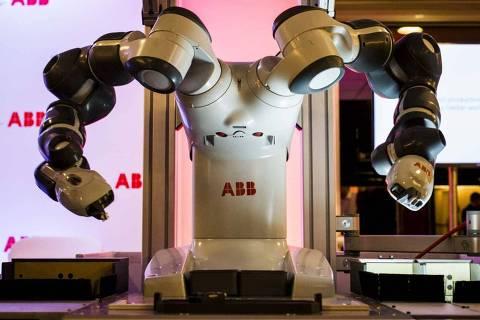 SAO PAULO- SP - BRASIL, 18-08-2015, 19h20: ROBO COLABORATIVO. Apresentacao do YUMI, o novo robo colaborativo da ABB. A diferenca dele para outros robos industriais, que precisam ficar cercados e sao perigosos para humanos e que ele pode trabalhar junto com os operarios.  (Foto: Adriano Vizoni/Folhapress, MERCADO) ***EXCLUSIVO FSP***