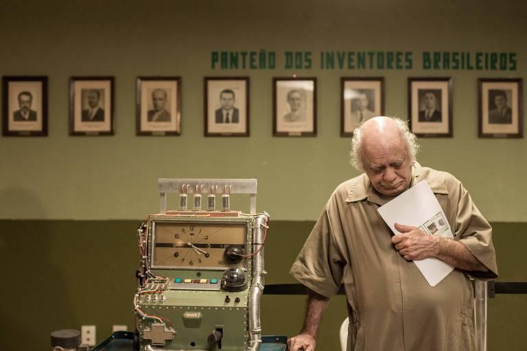 Doutor Brasil (Tonico Pereira) tem de enfrentar a morosidade do registro de patentes