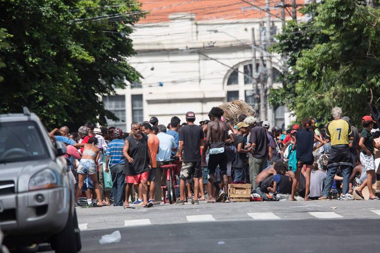 Fluxo de usuários de drogas na rua Helvetia