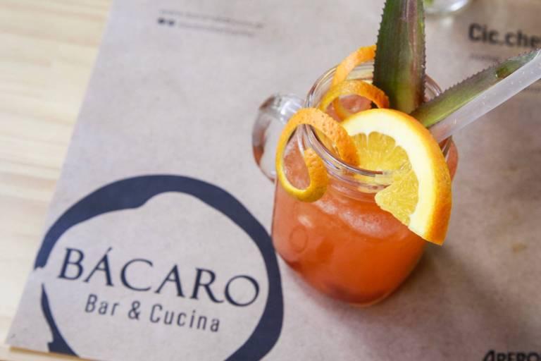 Drinque Bácaro de Luxe (cachaça, aperol, licor de lichia, suco de laranja e suco de limão) servido no novo bar italiano Bácaro