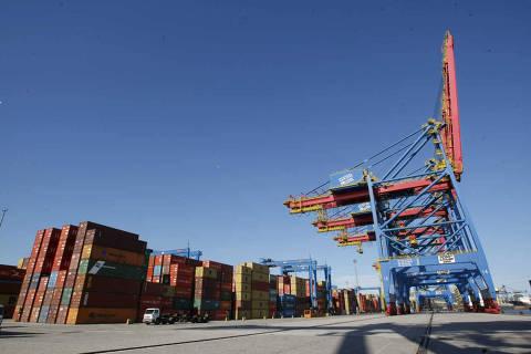 Guaruja, SP, Brasil, 19.07.2010. A movimentacao de cargas, no cais do porto de Santos,  no terminal da Santos Brasil, no Guaruja, litoral sul de Sao Paulo.  (Foto: Moacyr Lopes Junior/Folhapress)***EXCLUSIVO***ARQUIVAR