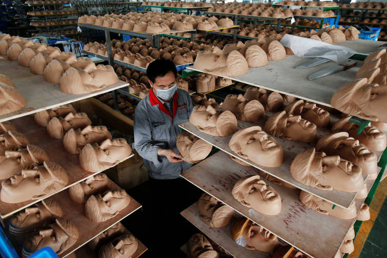 Máscaras de Donald Trump em fábrica de Jinhua, na China