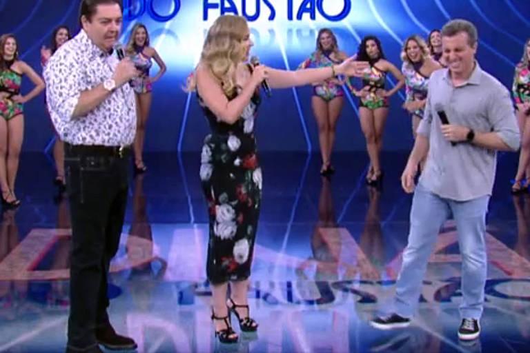 """O apresentador da Rede Globo Luciano Huck com a mulher, Angélica, no """"Domingão do Faustão"""""""