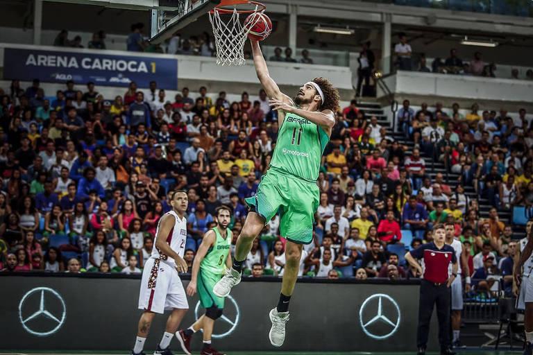 Anderson Varejão faz a cesta em jogo das eliminatórias para o Mundial de 2019