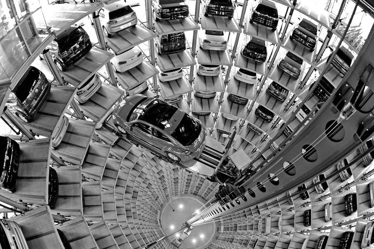 Elevador leva carros em fábrica da Volkswagen em Wolfsburg