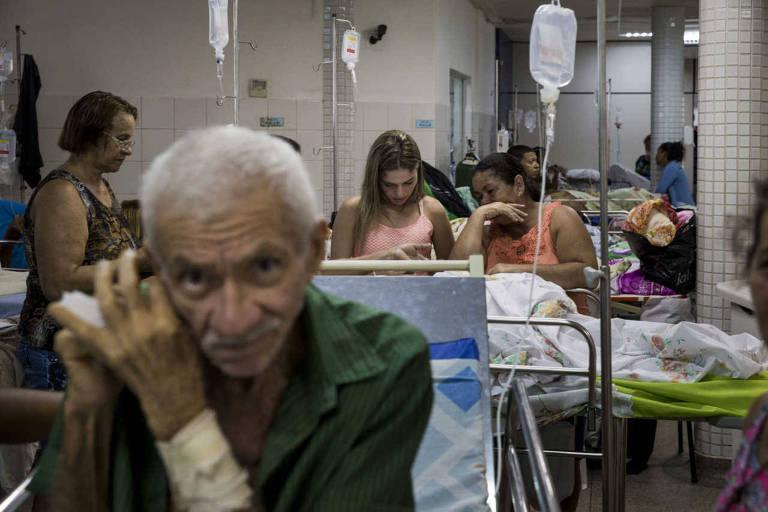 Pacientes nos corredores do Hospital de Urgências de Sergipe (HUSE)