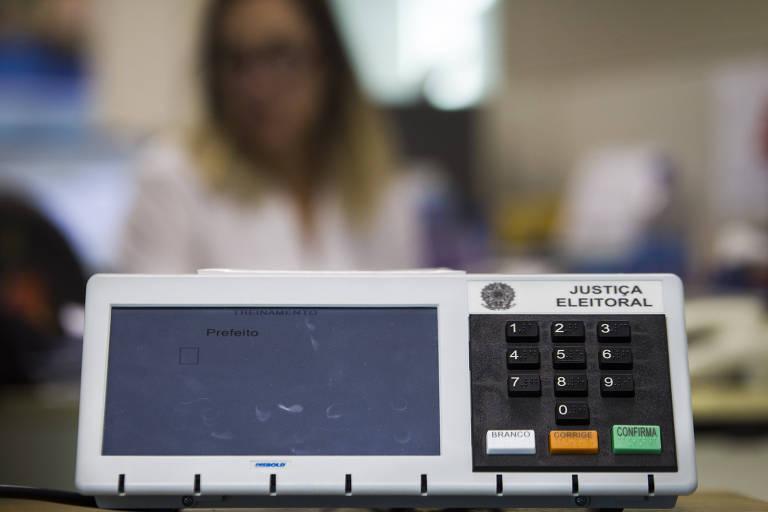 Urna eletrônica utilizada em votações no Brasil.