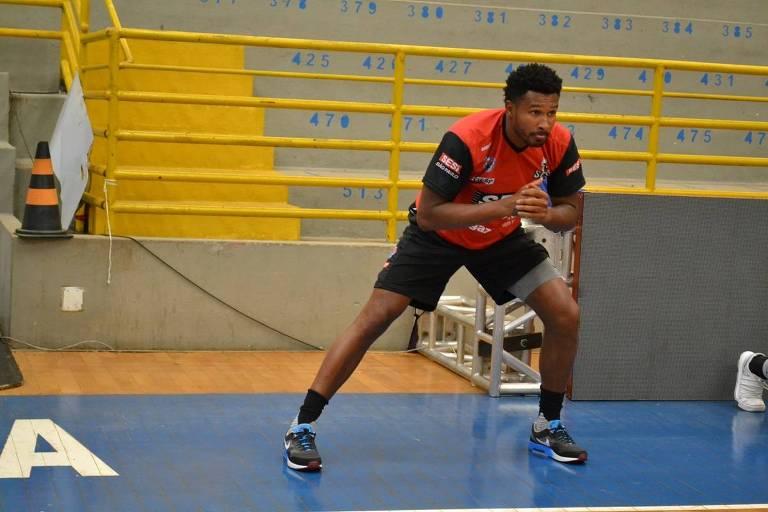 Leandrinho, jogador de basquete do Franca, faz exercícios durante treino da sua equipe