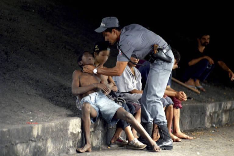 PM agride adolescente na av. Amaral Gurgel, no centro de São Paulo