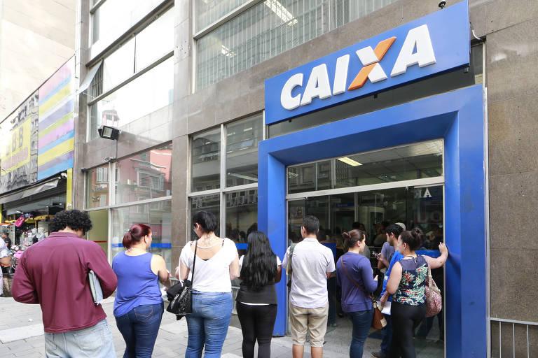 Pessoas em fila no banco para sacar conta inativa do FGTS