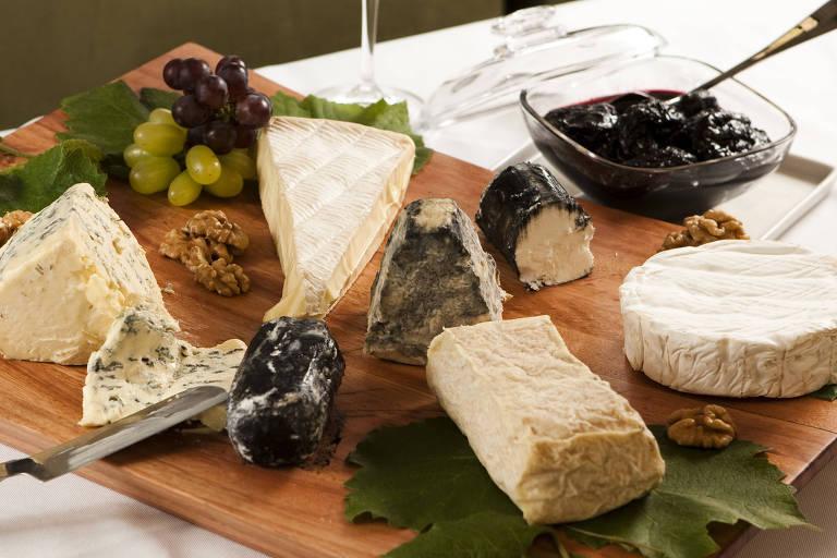 Tábua com queijos especiais variados, como brie e gorgonzola