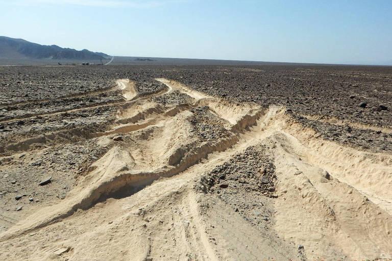 Detalhes das marcas de pneu do caminhão em meio às linhas de Nazca