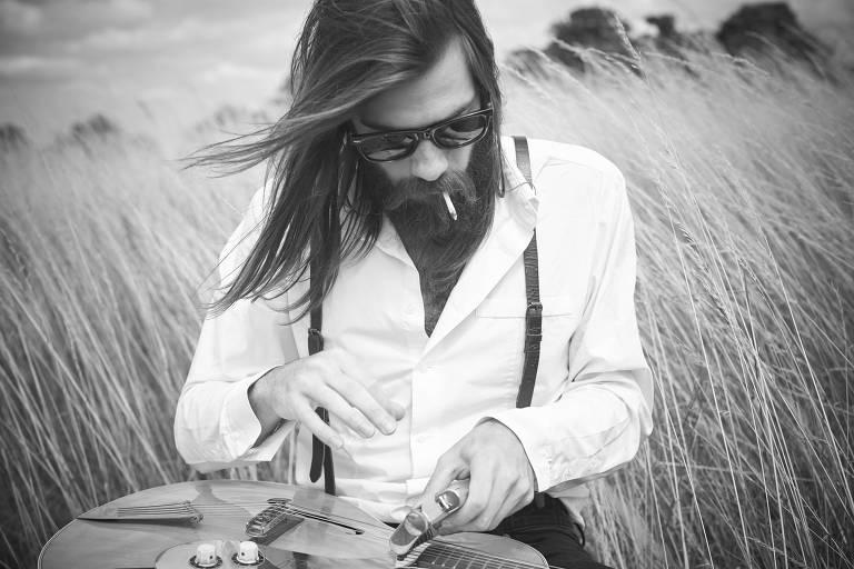 Jack Broadbent usa tubo metálico para alterar sonoridade da guitarra