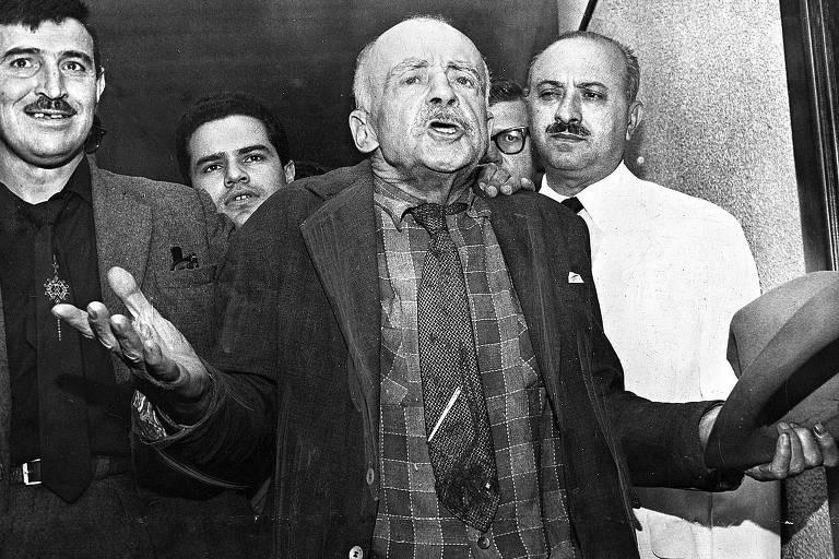 Meneghetti é acompanhado por jornalistas e policiais durante prisão em 1954