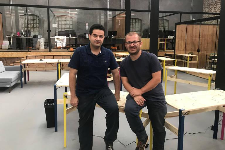 David Ruiz (à esq.) e Leandro Palmieri, cofundadores do ONOVOLAB, na sede da iniciativa em São Carlos (SP)