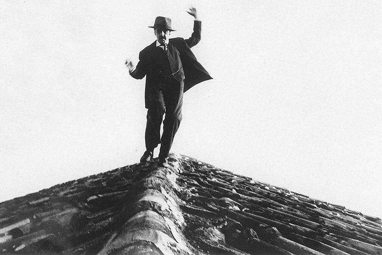 """Cena do curta-metragem """"Dov'e Meneghetti?"""" (1989), sobre o famigerado ladrão italiano Gino Amleto Meneghetti, o 'Gato de Telhado'"""