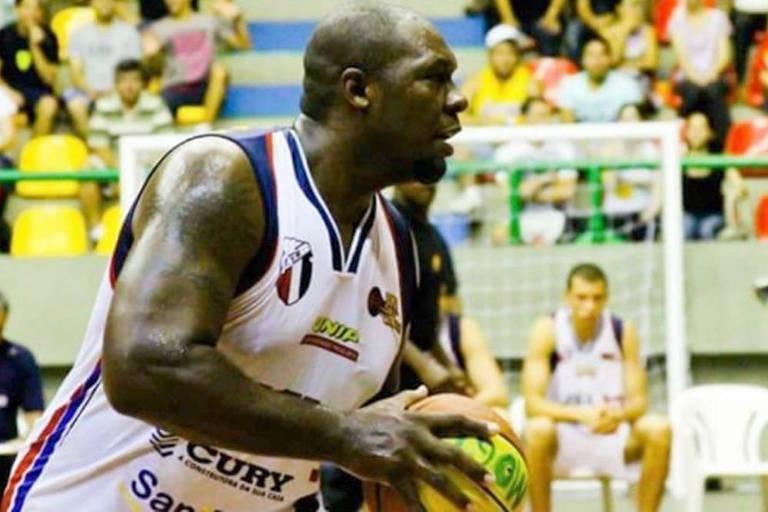 Fábio Luiz Pires, jogador de basquete, em lance durante jogo do Mogi das Cruzes