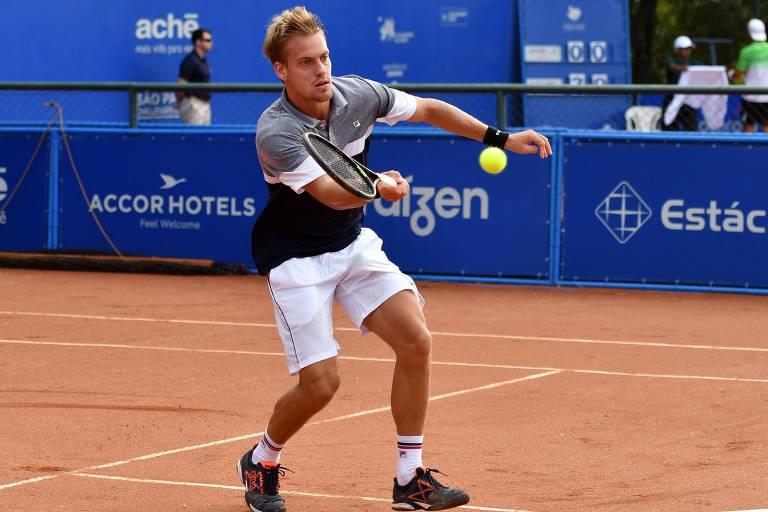 O tenista João Pedro Sorgi rebate uma bola durante uma competição do esporte