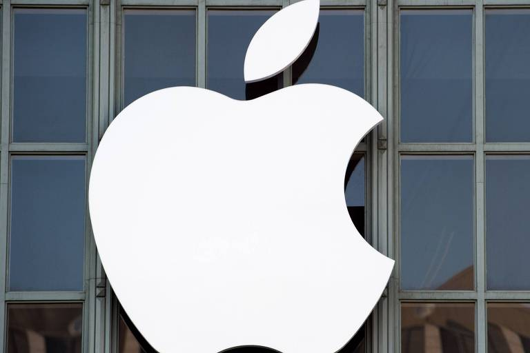 Logo da Apple na fachada do Bill Graham Civic Auditorium, em San Francisco, California