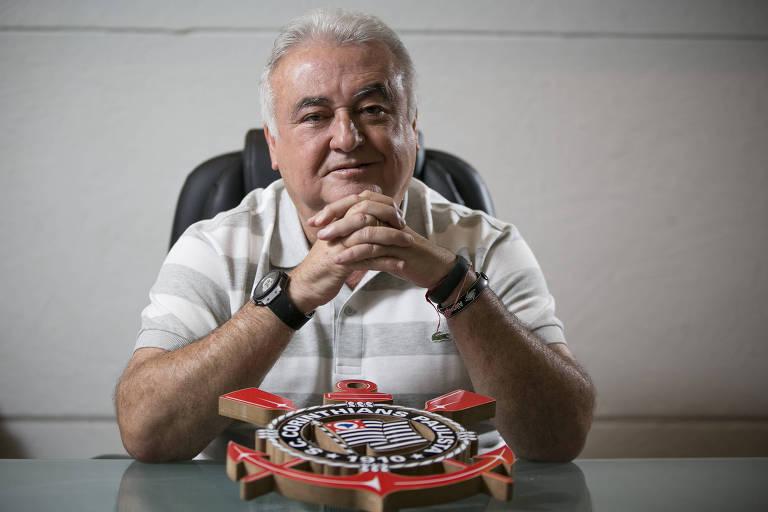 O empresário Paulo Garcia, proprietário da Kalunga, posa para foto em uma mesa com o símbolo do Corinthians