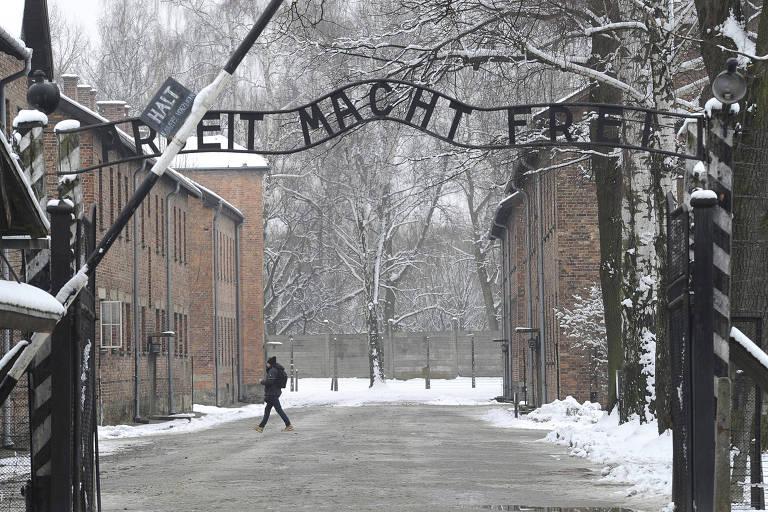 A entrada do campo de concentração de Auschwitz, que fica na Polônia